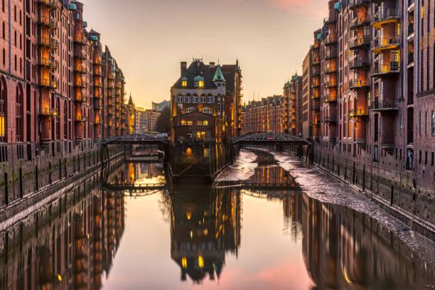 Die historische Speicherstadt mit dem Wasserschloss in Hamburg – Foto
