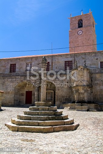 Pelourinho em Castelo Novo, torre com relógio e chafariz do Rei D. João V