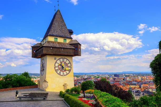 die historischen uhrturm uhrturm in graz, österreich - stadt graz stock-fotos und bilder