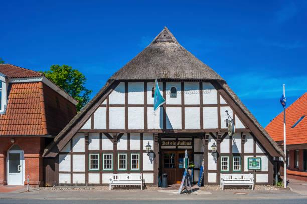 das historische restaurant dat ole aalhus in brücke - nordsee urlaub hotel stock-fotos und bilder