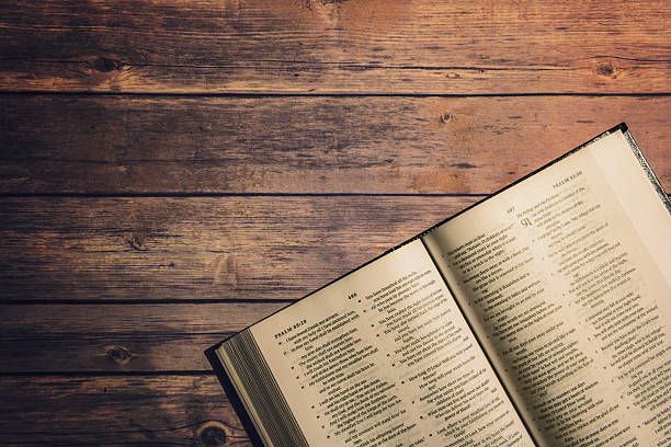 The Holy Bible on wooden table - foto de stock