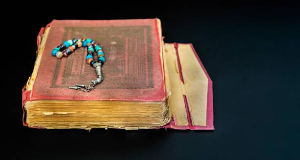 il sacro corano  - sharia foto e immagini stock