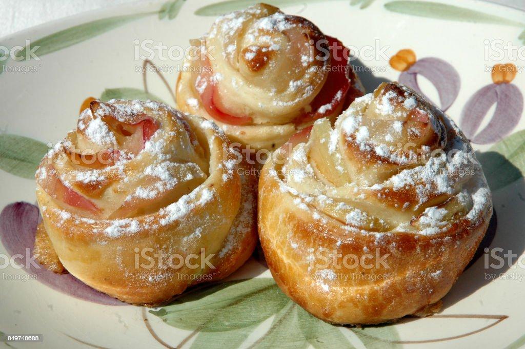 A produção de pão rola com maçãs na forma de uma rosa - foto de acervo