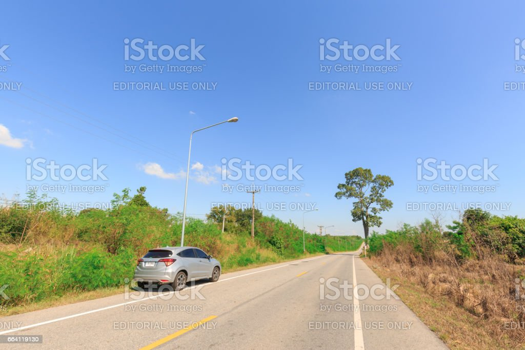 PATTAYA, THAILAND - APRIL 2, 2017 : The Honda HRV car on asphalt road  in summer at countryside of Pattaya,Thailand . foto stock royalty-free