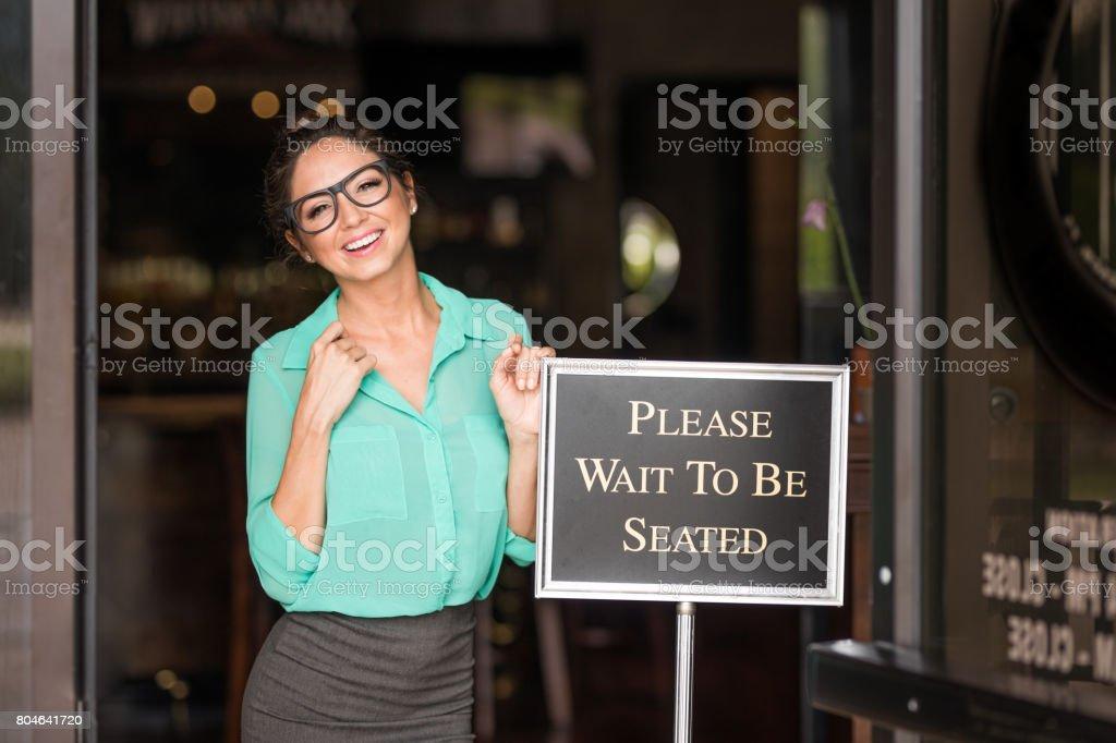 La anfitriona asentará lo - foto de stock