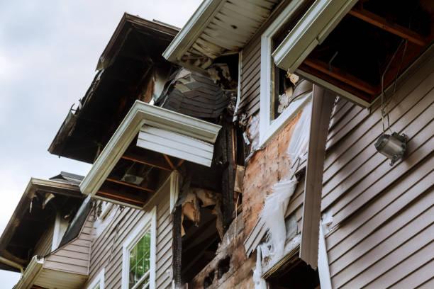 huset efter att en brand förstört övergivna utbrända trähus - brand sotiga fönster bildbanksfoton och bilder