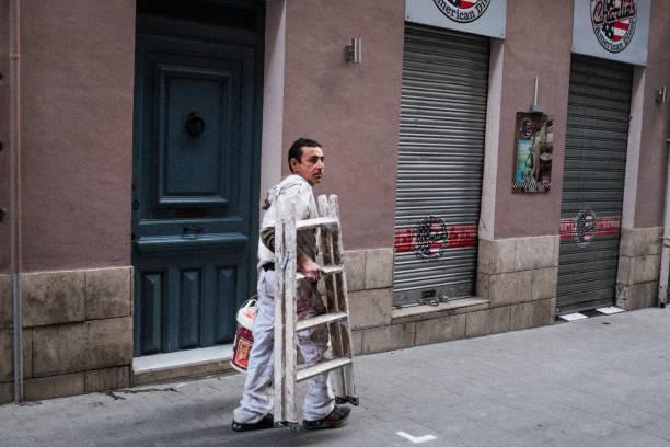 Der Hausmaler trägt die Leiter und geht zur Arbeit. – Foto