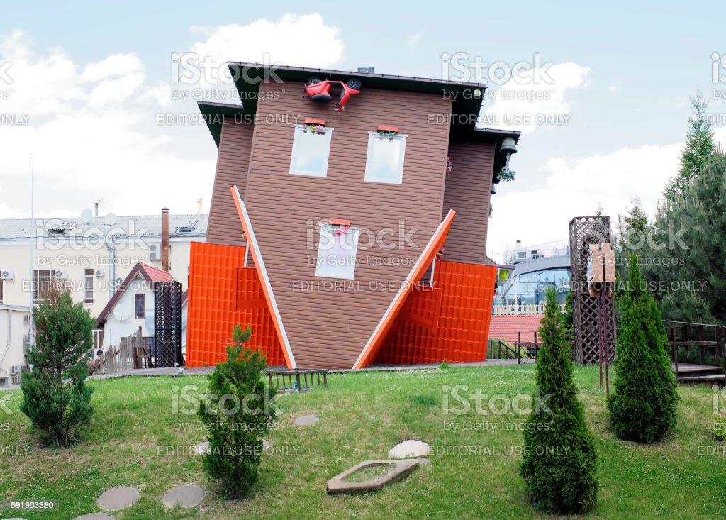 La casa, al revés de la Fundación en el centro comercial
