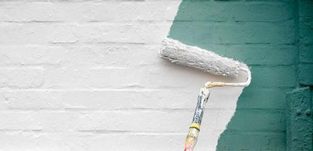 стена дома получает новый цвет - краска стоковые фото и изображения