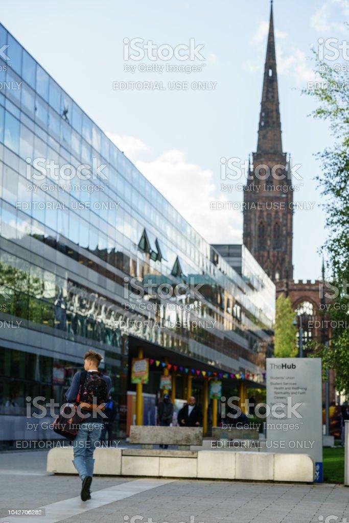 El centro edificio de Coventry University con la Catedral de Coventry detrás - foto de stock