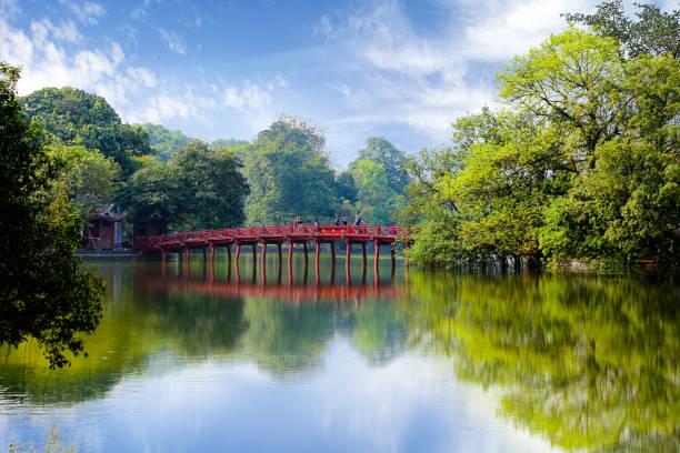 The Huc bridge entrance to Ngoc Son temple on Hoan Kiem lake, Hanoi, Vietnam The Huc bridge entrance to Ngoc Son temple on Hoan Kiem lake, Hanoi, Vietnam hanoi stock pictures, royalty-free photos & images
