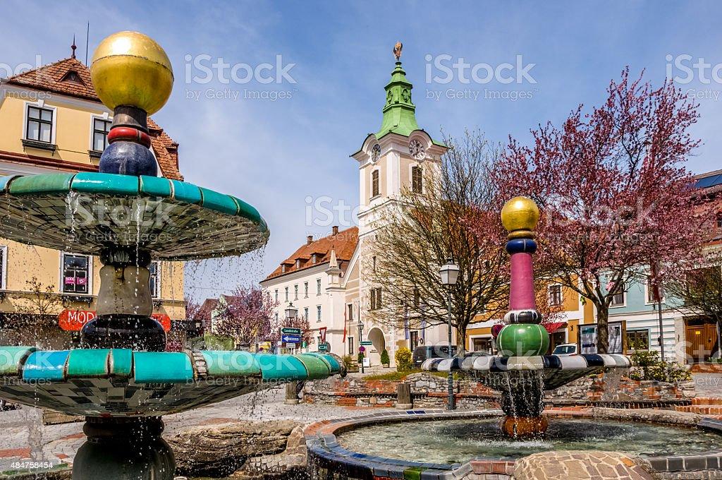 Hundertwasser Springbrunnen und das Rathaus von Zwettl, Niederösterreich - Lizenzfrei 2015 Stock-Foto