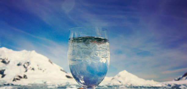 La Copa de hielo en frente es Antártida Argentina Base - Paradise Bay- - foto de stock