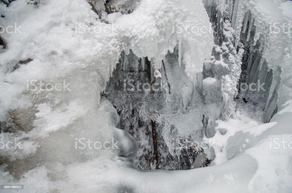 O gelo de estalactites de gelo - foto de acervo