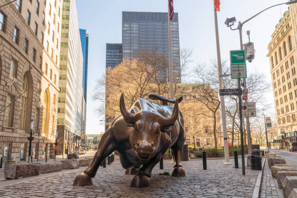 Die ikonische Charging Bull Statue ist nicht von der üblichen Menschenmenge umgeben, weil die Stadt während des Ausnahmezustands, der durch die COVID-19-Pandemie ausgelöst wurde, verlassen ist. – Foto