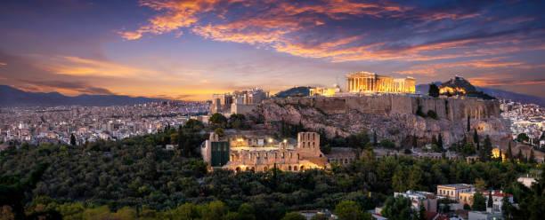 Die erleuchtete Akropolis von Athen, Griechenland kurz nach Sonnenuntergang – Foto