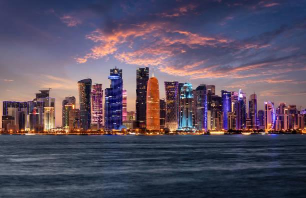 el horizonte urbano iluminado de doha, qatar - qatar fotografías e imágenes de stock