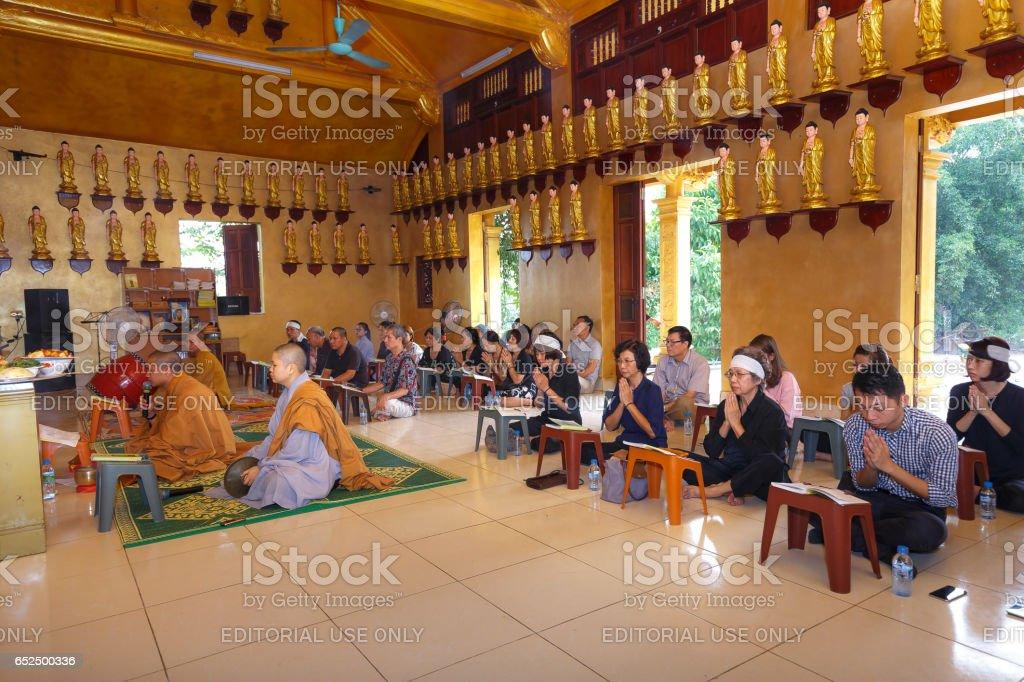 a imagem de uma reunião de oração em um templo budista em capital Hanoi, Vietnam - foto de acervo