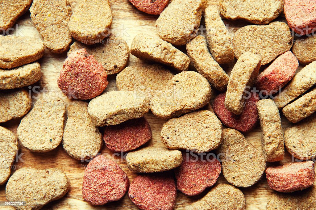 The image of dog food on a wooden table foto royalty-free