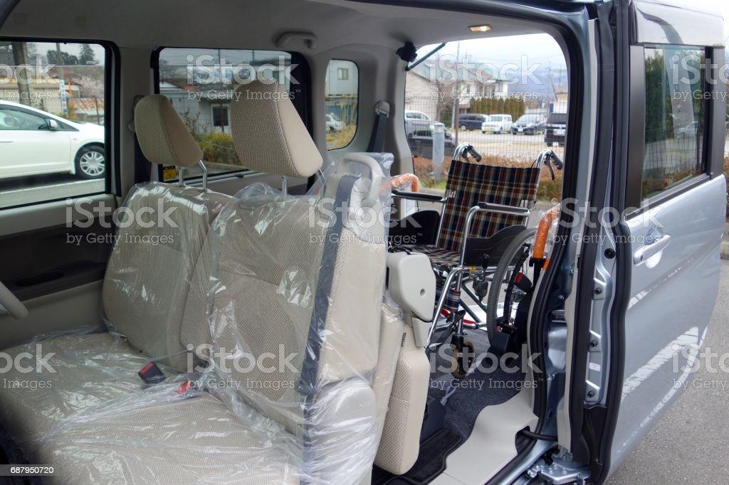 La imagen en la que pone una silla de ruedas en los vehículos de bienestar - foto de stock