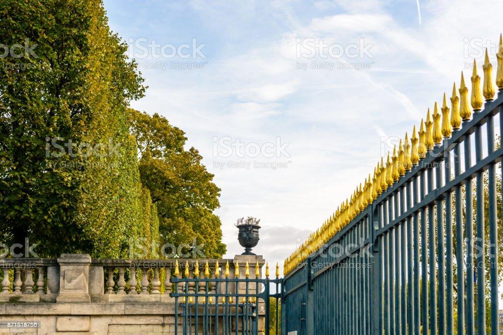 La Clôture En Fer Forgé Hérissés Imposant Du Jardin Des Tuileries à ...