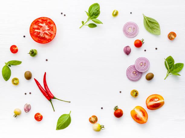 de ingrediënten voor zelfgemaakte pizza op witte houten achtergrond. - ingrediënt stockfoto's en -beelden