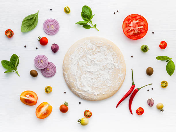 Die Zutaten für hausgemachte Pizza auf weißem Holzhintergrund. – Foto