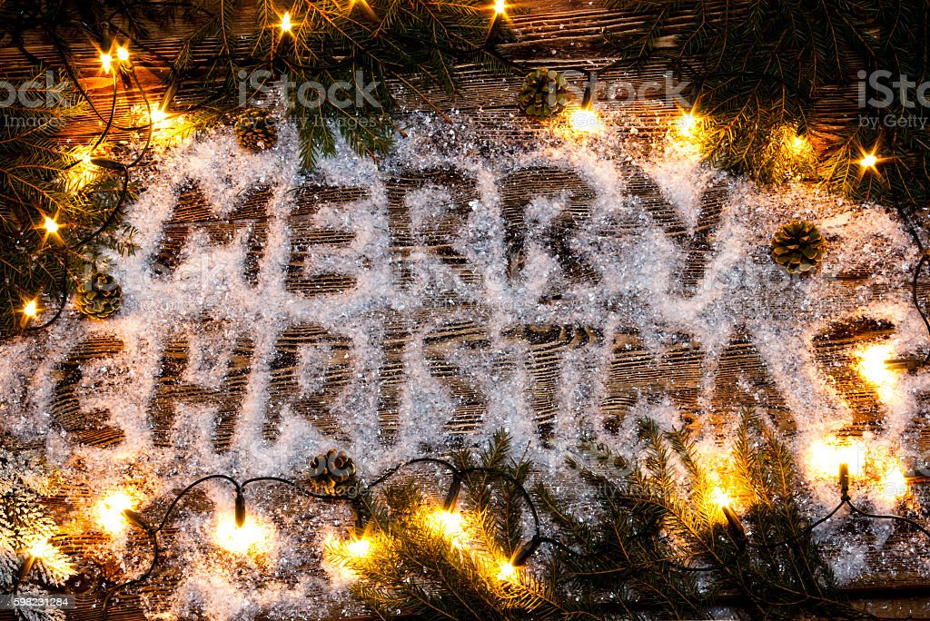 The inscription 'Merry Christmas' in the snow. foto royalty-free