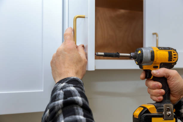 instalar um processo do punho da mobília de montar o armário - maçaneta manivela - fotografias e filmes do acervo