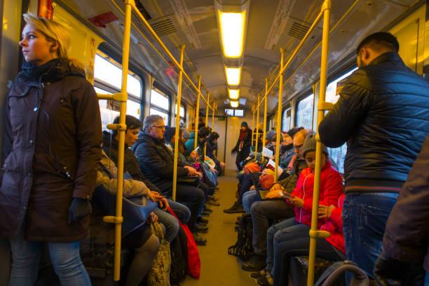 das innere einer u-bahn-wagen in berlin - berlin express stock-fotos und bilder