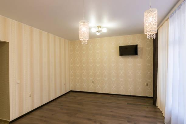 das innere von einem leeren renovierten raum hängt an der wand-tv - laminat günstig stock-fotos und bilder