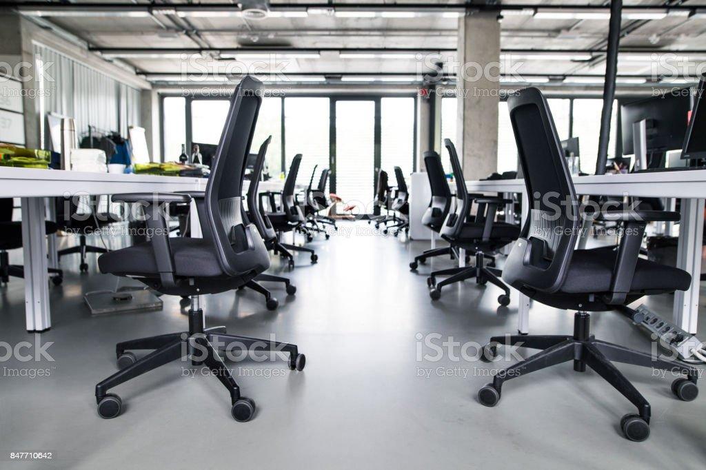 Lintérieur du grand bureau moderne vide après le travail u photos