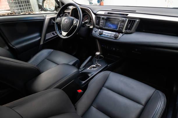 汽車豐田 Rav4 的內部與方向盤, 儀表板, 座椅和多媒體系統的看法與黑色皮革裝飾和字母形狀的標誌圖像檔