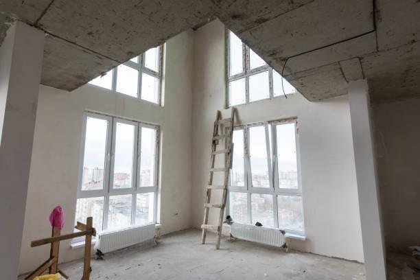 das innere des ersten stockwerks in einer zweistöckigen wohnung in einem neubau - eingangshalle wohngebäude innenansicht stock-fotos und bilder