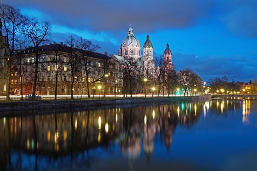 The Isar In Munich In The Evening Stockfoto und mehr Bilder von Abenddämmerung