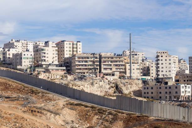 die israelischen sicherheitskräfte zaun trennt israel aus dem westjordanland von jordanien - judäa und samaria - freistaat stock-fotos und bilder