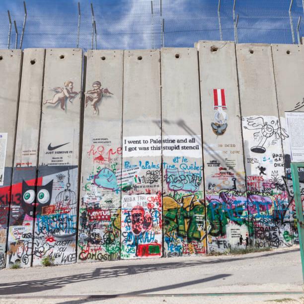 """die israelische westbank-mauer """" - trennungssprüche stock-fotos und bilder"""