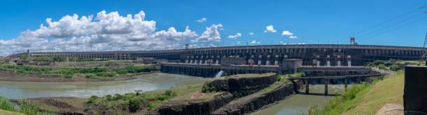 A Itaipu Dam é uma usina hidrelétrica no Rio Paraná, localizado na fronteira entre Brasil e Paraguai. - foto de acervo