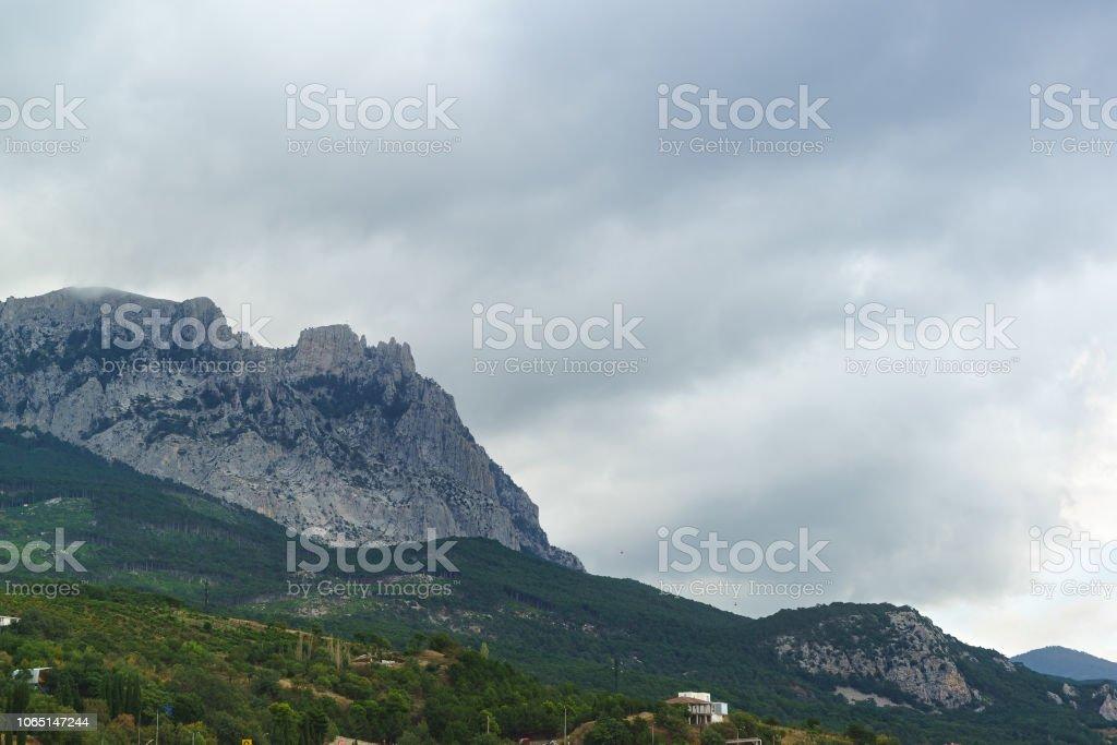 Les jags d'Aï-Petri montagne au-dessus du village d'Alupka. Journée grise sur la côte méridionale de la Crimée - Photo