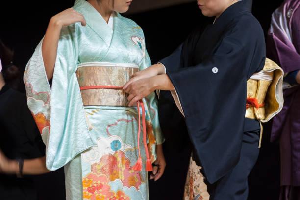 die japanischen ritual geisha kimono dressing. - kimono stock-fotos und bilder