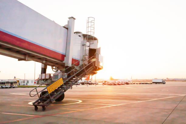 일출 시에는 쿤밍 공항에서 비행기로 이동 하는 제트 브릿지. - 쿤밍 뉴스 사진 이미지