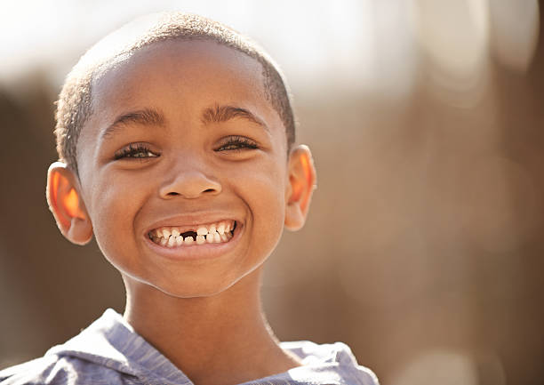 die freude, auch nur für eine kleine jungen - zahnlücke stock-fotos und bilder