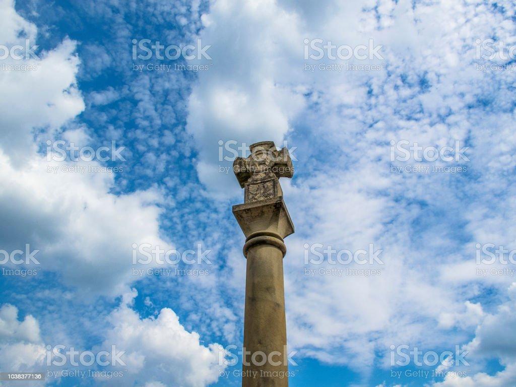 A justiça Cruz contra um céu nublado lindo em Echternach, a mais antiga cidade do Luxemburgo - foto de acervo