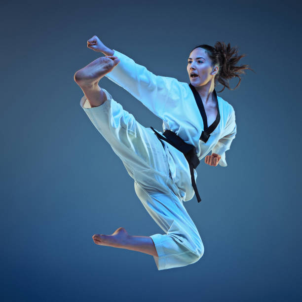 la niña de karate con el cinturón negro - kárate fotografías e imágenes de stock