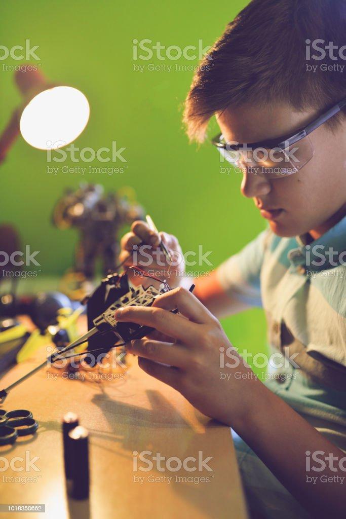 Das Kind liebt es, things.has zu beheben, eine Leidenschaft für Elektronik. – Foto