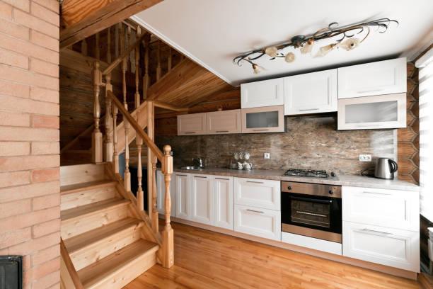 die küche in einem rustikalen blockhaus in den bergen. mit einem schönen interieur. haus der kiefer-protokolle - landhausstil küche stock-fotos und bilder