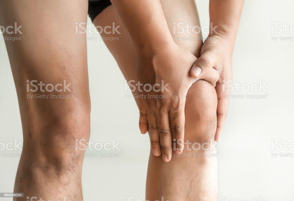 die Knie-Mann hält auf mit Schmerzen im Knie Closeup. Die Läsion ist in rot hervorgehoben. – Foto