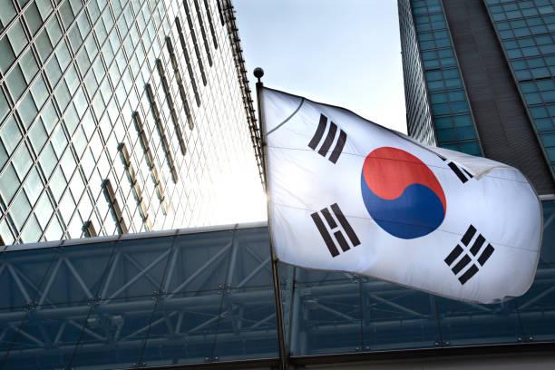韓国の国旗は、高層建築物にぶら下がっています。 - 韓国 ストックフォトと画像