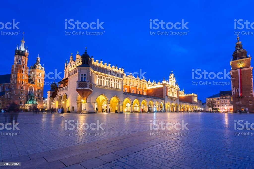 The Krakow Cloth Hall on the Main Square at night – zdjęcie
