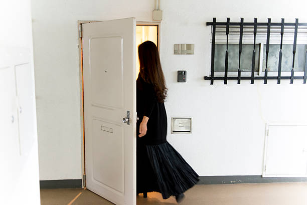 the lady who enters a room - 玄関 ストックフォトと画像